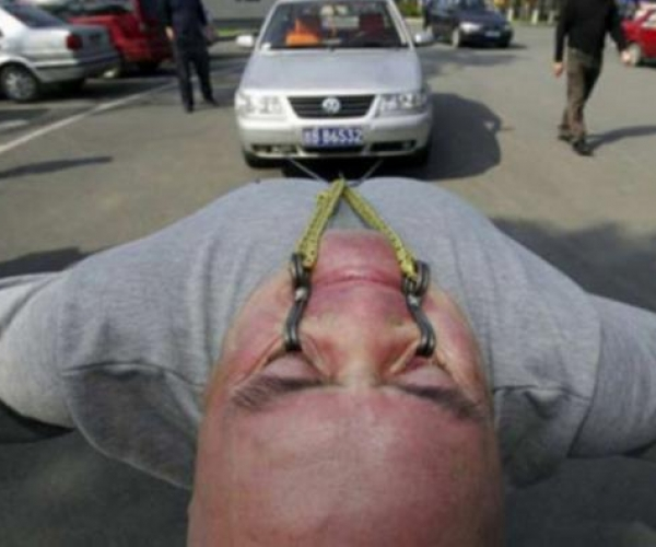 Göz Kapaklarıyla Araba Çeken Adam